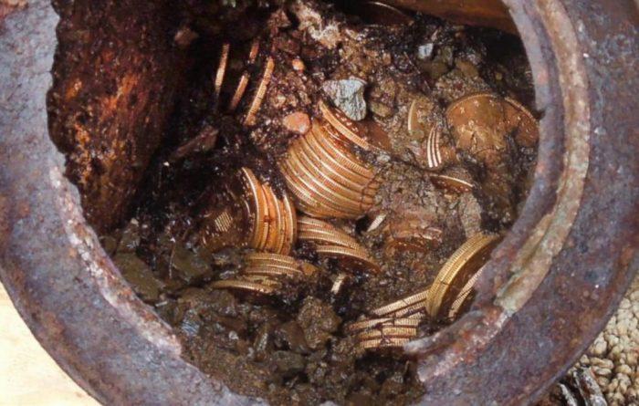 КАО У БАЈЦИ: Гром ударио у храст и открио закопано благо!