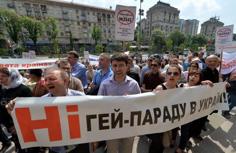 Противники прав геев держат плакат с надписью Нет гею-параду в Украин